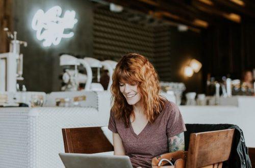 kobieta przegląda pożyczki on line